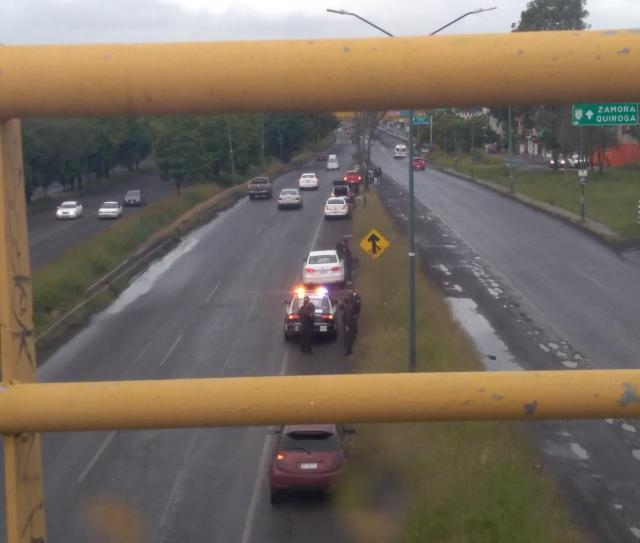 Bache en libramiento norte provoca desperfectos en autos, SCOP «olvida» tapar los agujeros y Ayuntamiento le entra con brigada