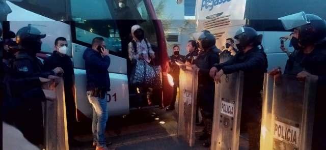 De los 23 normalistas detenidos por el robo de un camión de pasajeros, 2 son vinculados a proceso