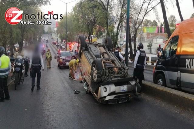 Volcadura de camioneta deja 2 heridos y un auto dañado en la Av. Madero Poniente