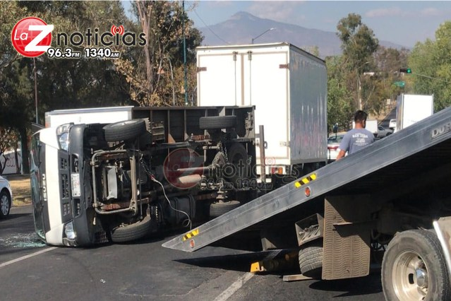 Vuelca camioneta en el periférico oriente de Morelia