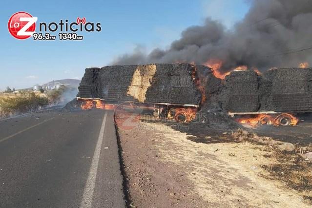 Se incendia camión de carga en Puruándiro