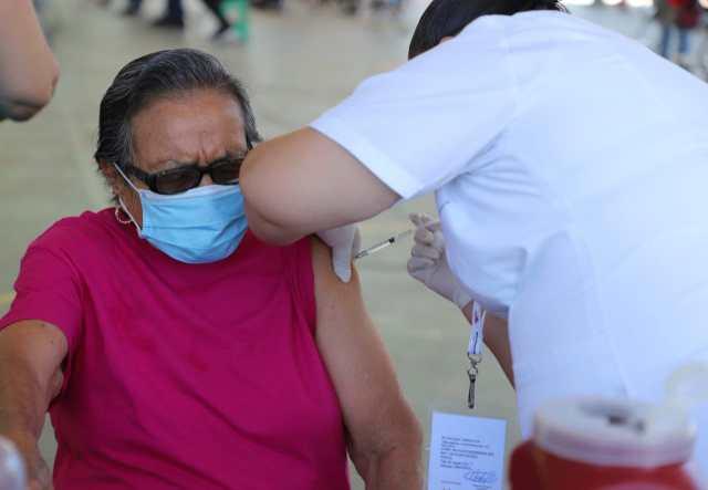 Reciben primera dosis contra COVID-19, 6 mil 605 adultos mayores en Michoacán