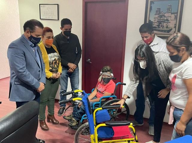 Entrega Sedesoh silla de ruedas especial a menor