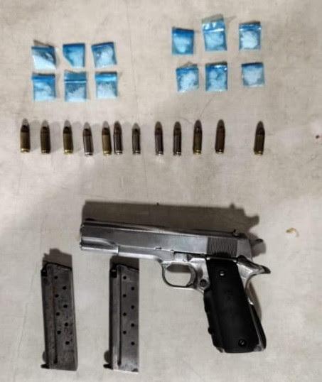 Aseguran SSP y GN a dos personas en posesión de un arma, cargadores, cartuchos y droga
