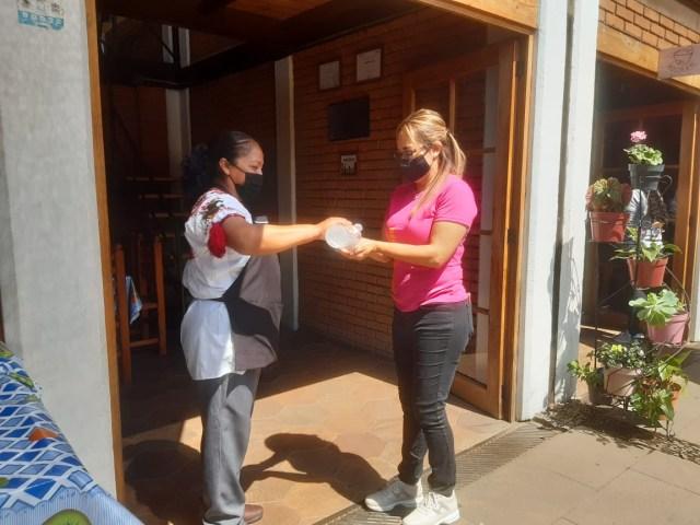 Con brigadas se invita a turistas a respetar los protocolos sanitarios