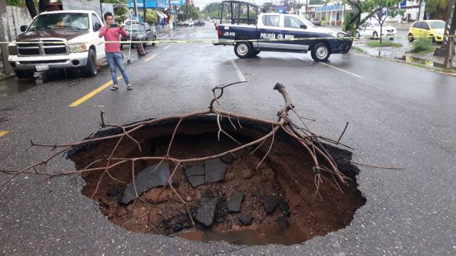 Se abre un socavón en la avenida Melchor Ocampo de Lázaro Cárdenas