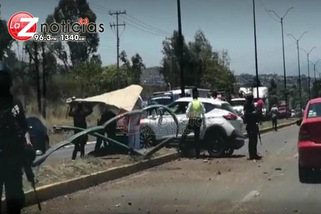 Vehículo se estrella contra postes metálicos al poniente de Morelia