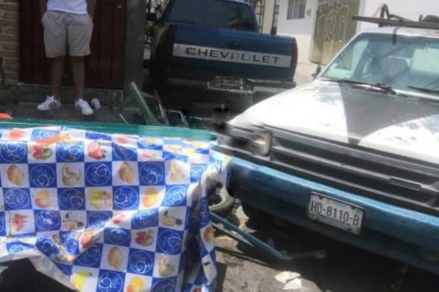 Camioneta se estrella contra puesto de quesadillas en Colinas del Sur