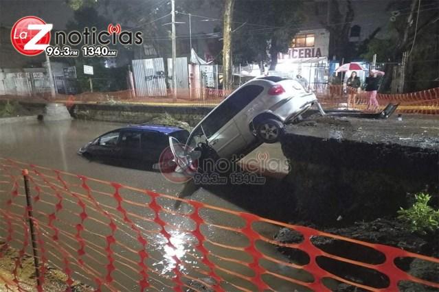 Se registra choque en la Av. Siervo de la Nación; 2 vehículos caen a excavación