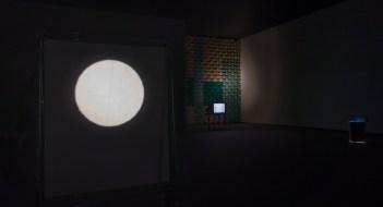Exposition «Haroon Mirza / hrm199 Ltd» au Tinguely-Museum à Basel, été 2015 (photo : alain walther)
