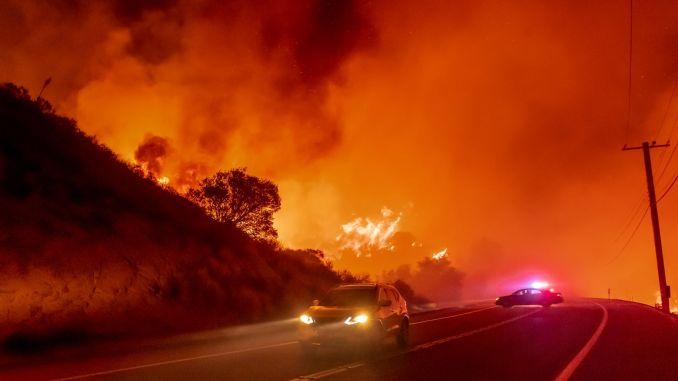سيارات تنجو من حريق بالقرب من سيلفرادو كانيون في مقاطعة أورانج | ليونارد أورتيز / MediaNews Group / مقاطعة أورانج التسجيل عبر Getty Images