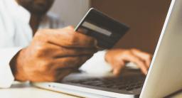 ordinateur et carte de crédit