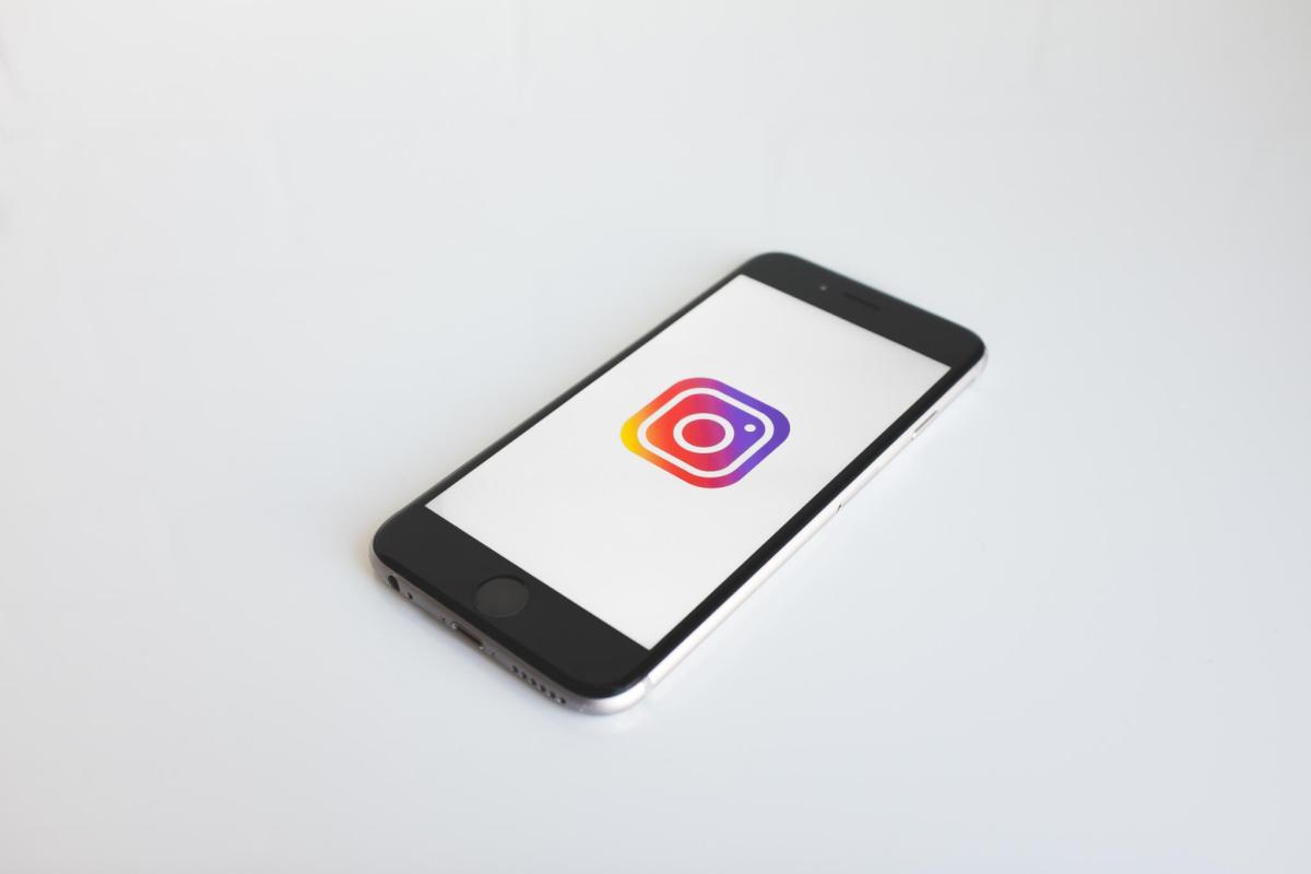 iphone avec logo instagram
