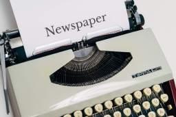 feuille avec écrit newspaper dans une machine à écrire