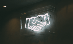 mains qui se serrent en néon
