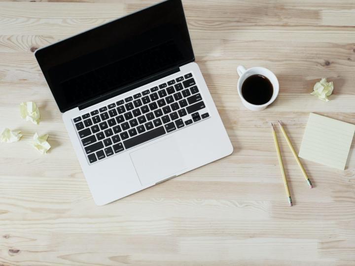 Café ordinateur et papier
