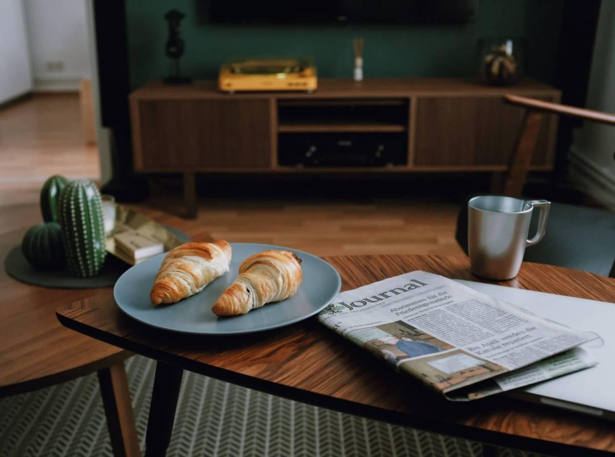Café, croissants, journal