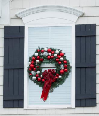 Holiday Window Wreath - http://paintyourselfasmile.com/2015/12/19/diy-christmas-window-wreaths/