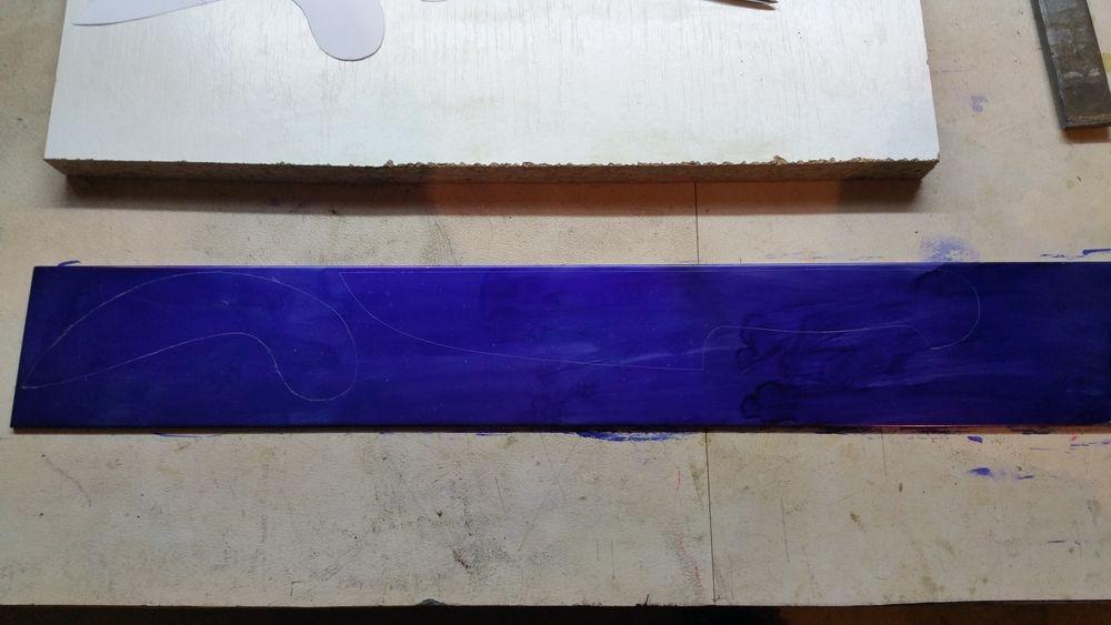 Traçage des formes sur le métal recouvert Dykem bleu