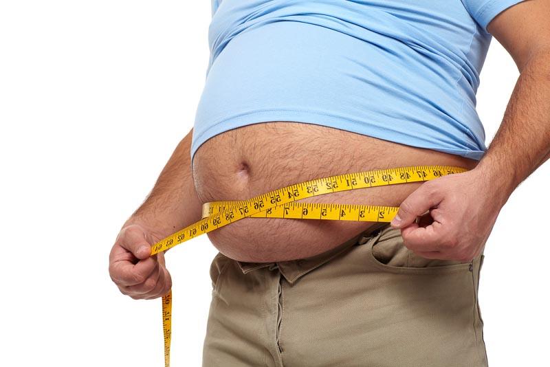 barbat gras cu burta mare, burta de bere ce vrea sa slabeasca si se masoara cu centimetrul