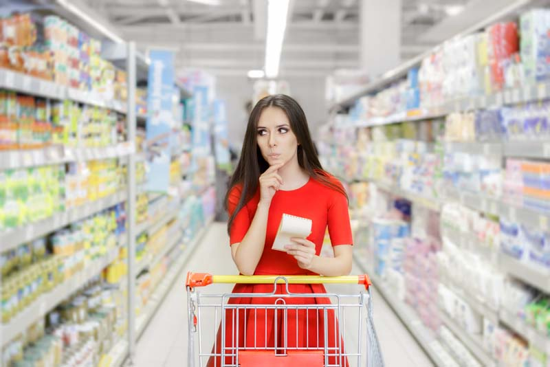 la supermarket cu o lista de cumparaturi