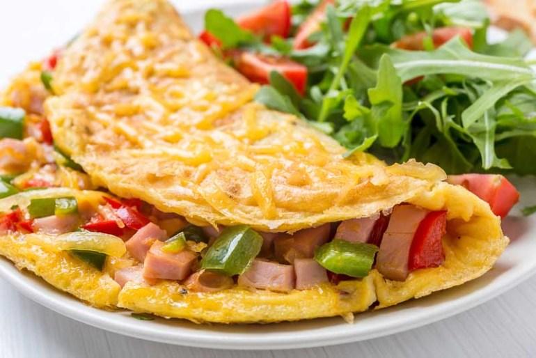omleta cu sunca si ardei gras si salata
