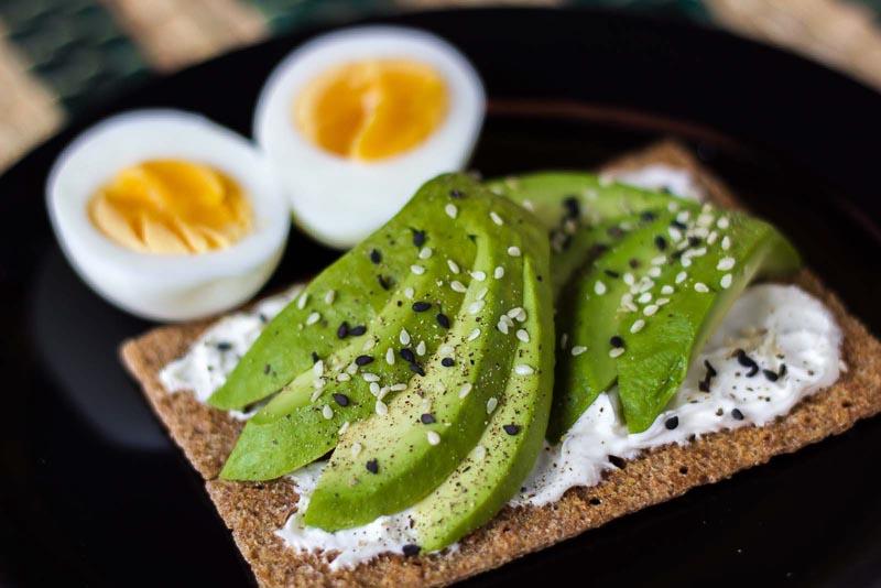 sandvis cu avocado si branza philadelphia, oua fierte si susan