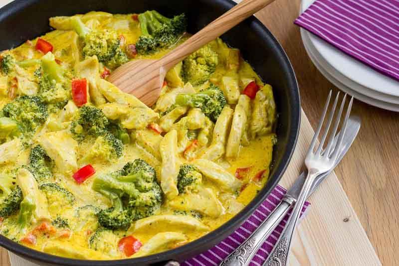 piept de pui curry cu brocolli si ardei gras