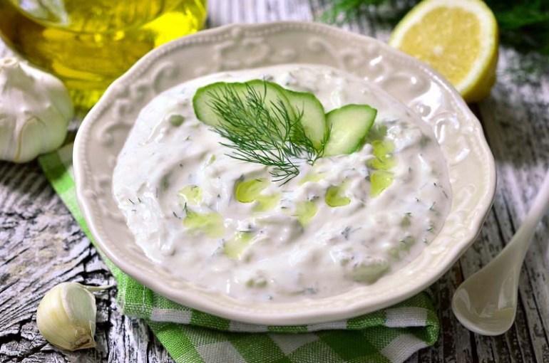 tzatziki este un sos grecesc traditional din castravete ras cu iaurt si usturoi