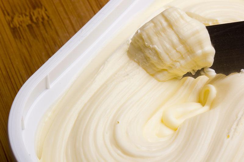 margarina in cutie de plastic