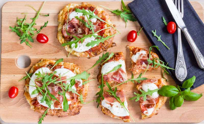 pizza lchf cu blat fara gluten si topping de mozzarella si sunca de Parma, cu rucola