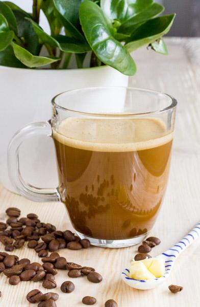 cafea lchf cu unt si ulei de cocos, mixata la blender