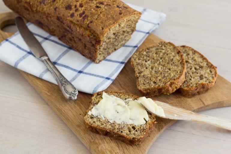 paine lchf din seminte alune si nuci, cu tarate de psyllium, oua si branza cottage cheese perfecta pentru micul dejun, fara gluten