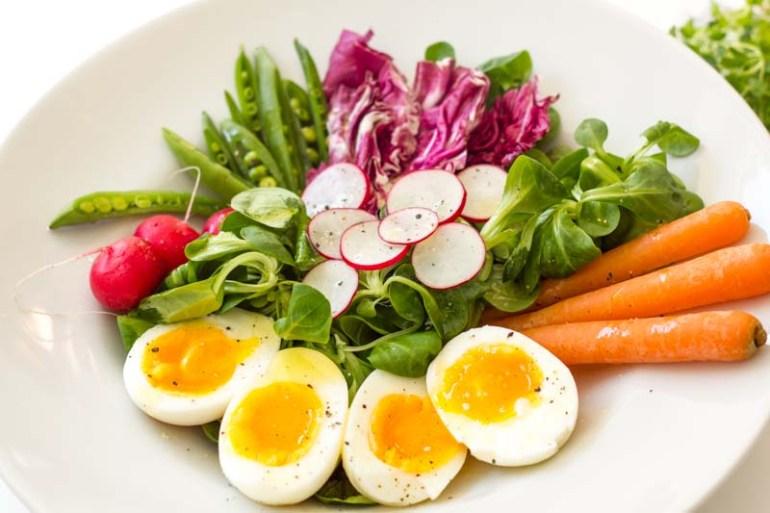 salata de primavara cu ridichi, oua fierte, morcovi, ridichi si unt clarifiat
