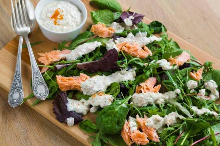 salata de somon afumat la cald cu sos rece de icre rosii, frunze de salata