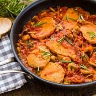Cotlete la tigaie cu sos de rosii, ciuperci si rozmarin