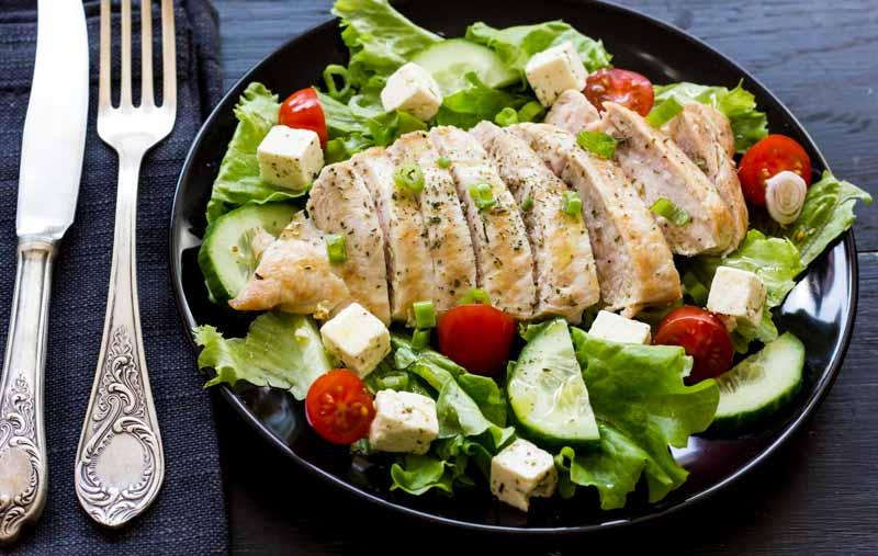 piept de pui la gratar cu salata asortata cu rosii, castraveti, salata verde si branza feta