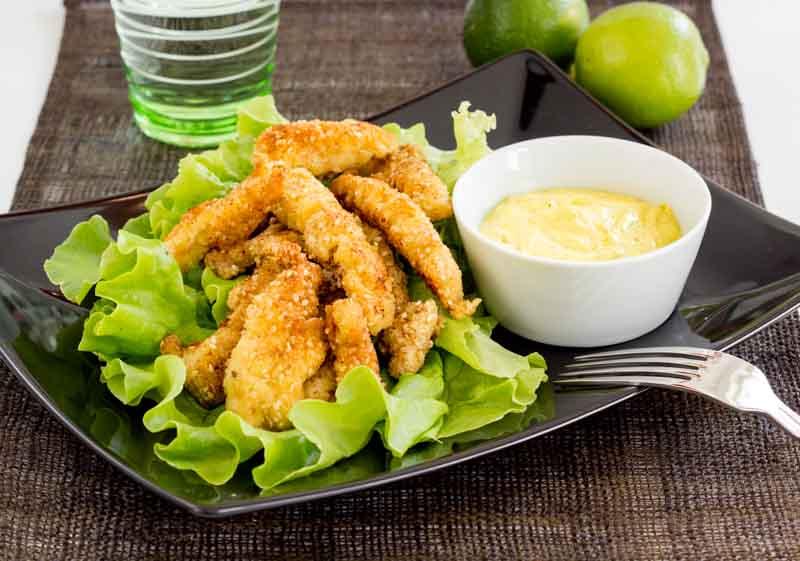 chicken nuggets sau fasii de piept de pui pane LCHF cu faina de migdale si seminte de susan, cu sos de curry si lime