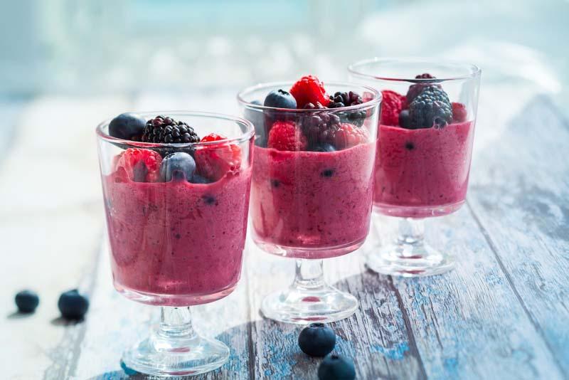 smoothie cu fructe de padure, zmeura si afine cu lapte de cocos si iaurt gras