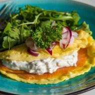 Omleta cu somon afumat si salata de creveti