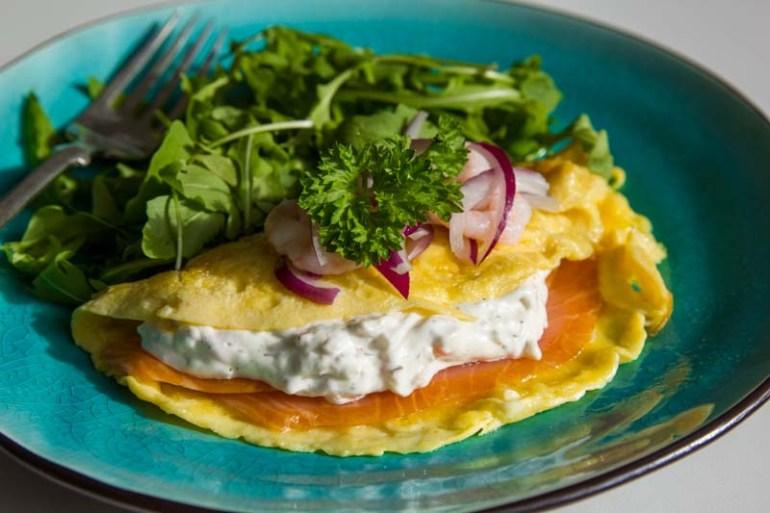 omleta cu salata skagen de creveti si maioneza si somon afumat