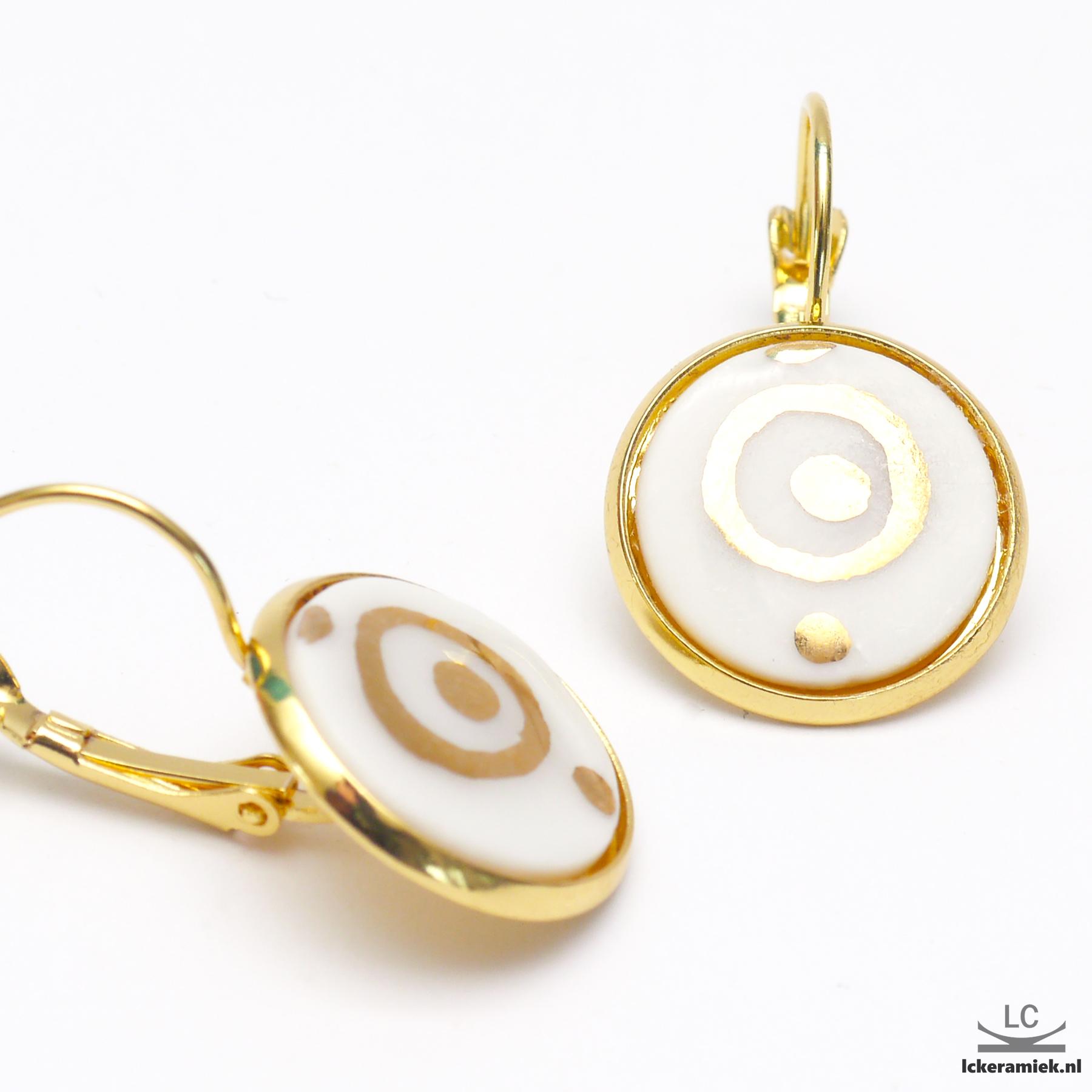 Porseleinen oorbellen met gouden cirkels