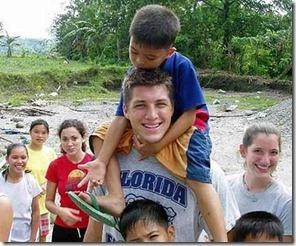 堤博不時前往菲律賓孤兒院短宣,與孩子們有良好的互動。