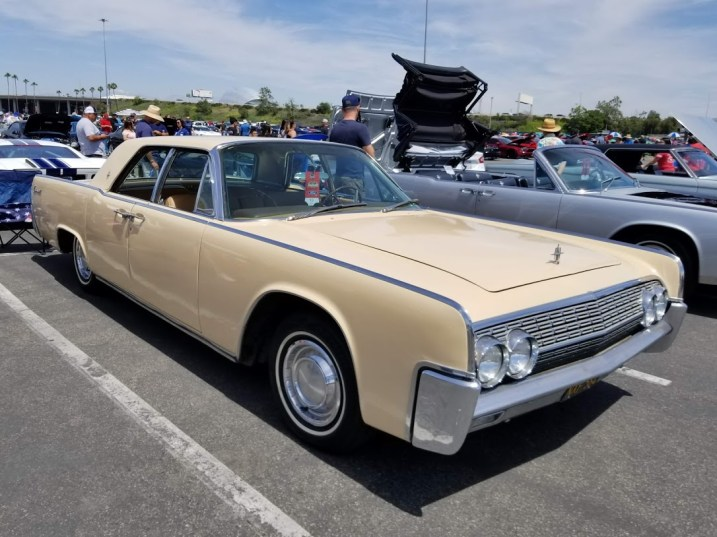 1962 Liincoln sedan
