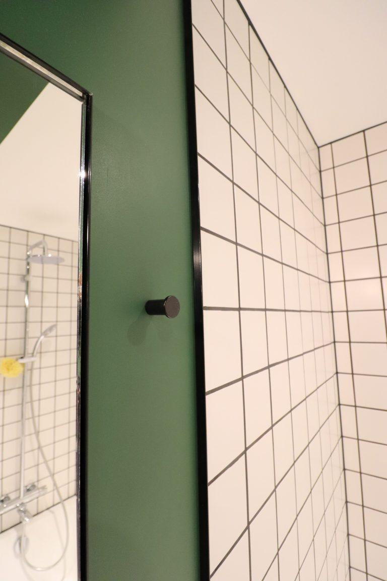 appartement rouge vert bleu jaune oksab lumière moderne miroir étagère unique bureau rideaux (38)
