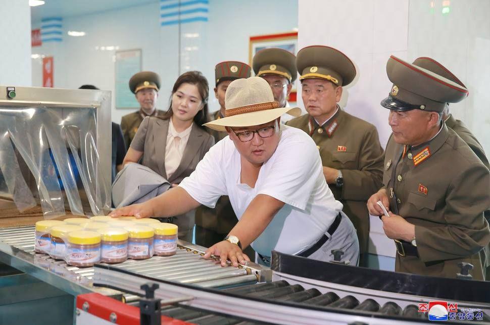 # 北韓領導人金正恩展現親民形象:一改以往領導人深色服裝形象 6