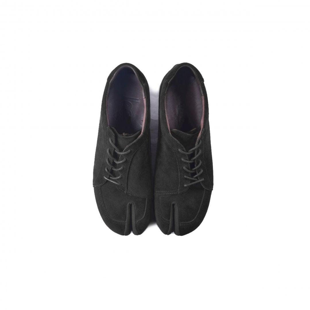 # 融合東方美學的運動鞋款:LESS × oqLiq 聯名之作 Tabi Sneakers 正式登場 1