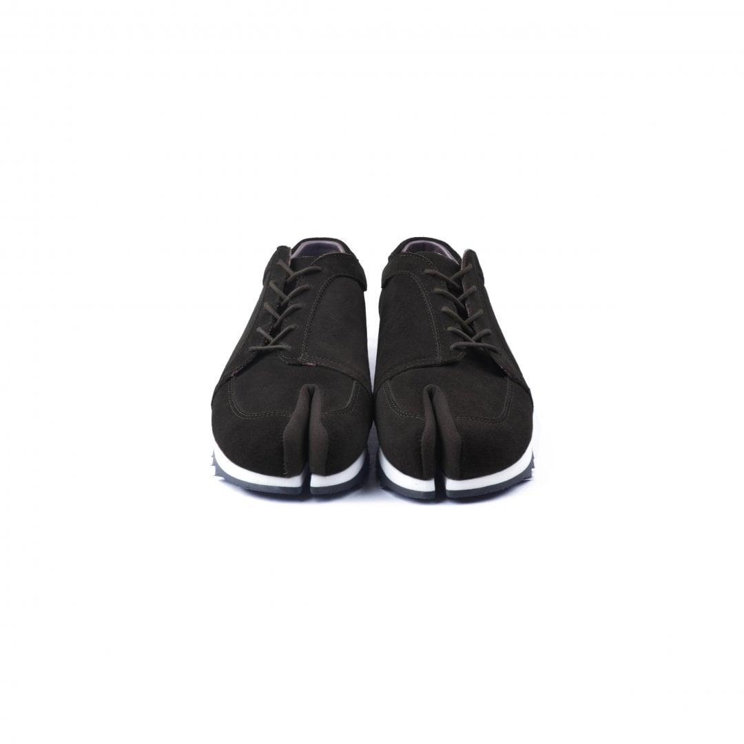 # 融合東方美學的運動鞋款:LESS × oqLiq 聯名之作 Tabi Sneakers 正式登場 5