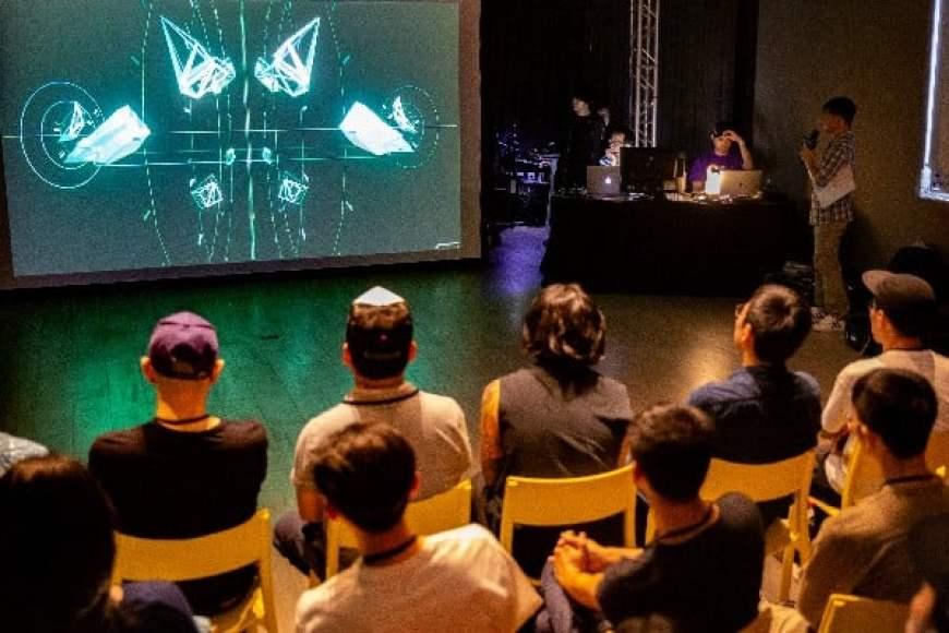 # 當科技碰上藝術:追求未來感不只舞台,更活用於各個場合 9