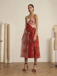 # Alexander McQueen:為何設計師鍾愛採用 紅色玫瑰 元素? 34